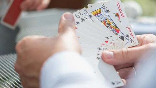 Bagaimana bermain Piquet dapat membantu permainan poker Anda